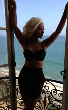 Christina Aguilera is flaunting a slimmer figure and looks absolutely fabulous. Get it, girl!