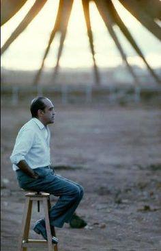 O mestre da arquitetura brasileira e um dos principais nomes mundiais: Oscar Niemeyer, contemplando a sua obra em construção