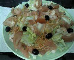 Ensalada de escarola con salmón ahumado, gambas y manzana seca. Tahona Artesanal Gourmet Bilbao.