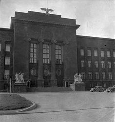 Kraków w czasie okupacji. Gmach Akademii Górniczej (obecnie Akademii Górniczo-Hutniczej) - w czasie II wojny siedziba okupacyjnego rządu niemieckiego Generalnego Gubernatorstwa. Wieńcząca budynek rzeźba św. Barbary została zrzucona z dachu i uległa rozbiciu - zamiast niej pojawił się hitlerowski symbol