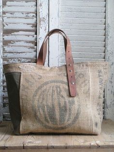 Great use of an old belt for the handle as well as old burlap bags My Bags, Purses And Bags, Jute Bags, Diy Burlap Bags, Burlap Purse, Hessian Bags, Linen Bag, Denim Bag, Fabric Bags