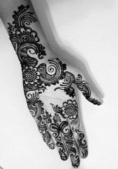 Aesthetic Henna Art is best in Modern Henna / Mehndi application for any occasion in UAE www.aesthetichenna.com