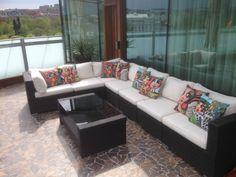 Karolinas fina kuddar i loungen på terrassen högst upp i designhotellet Avalon i Göteborg.