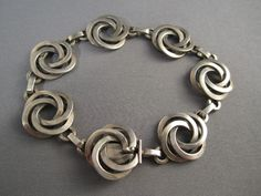 Every shoe-lover should possess this bracelet. The bracelet has to do with 7 inches in length and 5 shoe appeals hang from the oval links of bracelet. Metal Jewelry, Jewelry Art, Antique Jewelry, Vintage Jewelry, Jewelry Design, Vintage Bracelet, Silver Bracelets, Jewelry Bracelets, Jewelery