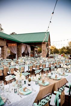 {Wedding Trends} : Burlap - a touch of rustic charm by Belle The Magazine Wedding Reception Seating, Reception Decorations, Event Decor, Reception Ideas, Wedding Tables, Event Ideas, Fun Ideas, Decor Ideas, Wedding Trends