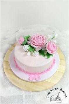Wedding cake with sugar peonies and sweet pea. Tort ślubny w stylu angielskim z cukrowymi piwoniami i pachnącym groszkiem. Więcej na www.pieceacake.pl/77