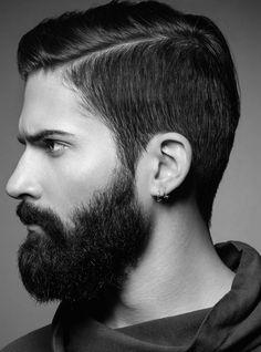 Barba cheia com corte de cabelo com side part.