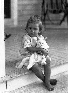 Vintage photo of a little girl and her cat (1920's)