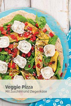 Pizza mal anders! Statt immer gleich kannst du deine Feierabend-Pizza auch mal kunterbunt vegetarisch belegen. Zucchini, Paprika, Sonnenblumenkerne und Ziegenkäse sehen nicht nur gut aus, sondern schmecken auch einfach köstlich!   #veggiepizza #feierabendpizza #feierabendrezept Zucchini, Food Porn, Pasta, Vegetable Pizza, Bread Recipes, Food Inspiration, Cobb Salad, Tacos, Veggies