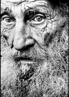 Seeing pictures of peoples faces like this old man's, when I look into his eyes makes me wonder about what kind of life this beautiful person has lived when. Every person has a unique story to tell. Everybody is unique in their own special way. Old Faces, Many Faces, Foto Face, Fotojournalismus, Interesting Faces, People Around The World, Beautiful People, Beautiful Person, Portrait Photography