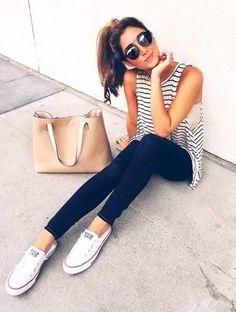 Shop the look: Weißes und schwarzes horizontal gestreiftes Trägershirt, Schwarze Enge Jeans, Weiße Segeltuch Niedrige Sneakers, Beige Shopper Tasche aus Leder für Damen