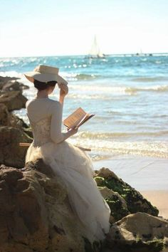 lecture reading ⚓ a white dress and hat at the beach. Story Inspiration, Character Inspiration, Story Ideas, Woman Reading, Reading Art, Beach Reading, Reading Books, I Love Books, Elegant Woman