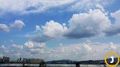 폭염이 이어지는 가운데 어느듯 하늘은 가을하늘만큼이나 푸르다.처서(23일)를 앞둔 18일 서울 하늘이 파랗다.처서는 '땅에서는 귀뚜라미 등에 업혀오고, 하늘에서는 뭉게구름 타고 온다.'라고 할 정도로 여름이 가고 가을이 드는 계절의 엄연한 순행을 드러내는 때이다.서울 마포대교에서 바라본 서울 하늘.