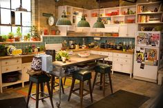 "Starzz in their Eyes : Home sweet home: Loft ""Todos los días de mi vida""‏ Loft Kitchen, Apartment Kitchen, Kitchen Dining, Eclectic Kitchen, Dream Apartment, Kitchen Stuff, Kitchen Ideas, Hipster Apartment, Handmade Home"