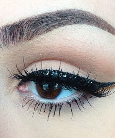 The Final Touches, Whoa! Two Eyeliner Tricks That Make a Cat Eye Look Tame Eyeliner Hacks, Cat Eye Eyeliner, Eyeliner Styles, Cat Eye Makeup, Glitter Eyeliner, How To Apply Eyeliner, Cat Eyes, Bold Eyeliner, Thick Eyeliner