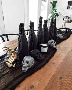 Creepy But Chic Halloween Decor is part of Chic Holiday decor - Every year I decorate my house for Halloween, and depending on my plans I go all out or keep it relatively understated This year, with Halloween Elegante, Table Halloween, Bolo Halloween, Chic Halloween Decor, Halloween Celebration, Creepy Halloween, Halloween Party Decor, Halloween 2020, Halloween Crafts