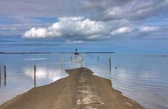 Le passage du Gois en Vendée. Relie l'Ile de Noirmoutier à la Vendée? Passable sauf à marée haute, donc, inondé 2 fois par jour.