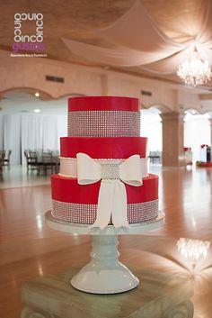 Pastel de XV años en tonos rojos. Red XV años celebration cake.