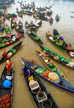 Floating Market boats Lok Baintan in Banjarmasin, Indonesia  Read more: http://pinterestingpictures.blogspot.com/2013/03/most-beautiful-pictures-of-indonesia-90.html#ixzz3Q5d4fSrT