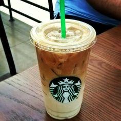 Caramel macchiato ice coffee Starbucks Gold, Starbucks Secret Menu, Starbucks Drinks, Starbucks Coffee, Hot Coffee, Coffee Break, Iced Coffee, Coffee Drinks, Coffee Mugs