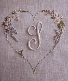 Era partita per essere ricamata con tonalità di beige e un accenno di rosa, ma la lavanda implorava il lilla e, nonostante lo sfondo più...