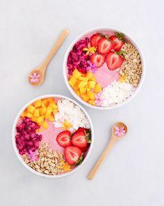 "Vegan : ""pitaya smoothie bowls""🌸🍌These bowls are a blend of frozen bananas, frozen pineapple! Frozen Pineapple, Frozen Banana, Acia Bowl, Dessert Mousse, Boite A Lunch, Vegan Smoothies, Smoothie Bowls Vegan, Slushies, Pitaya"