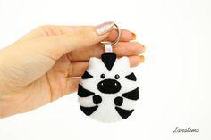 Zebra portachiavi in feltro, fatto a mano, portachiavi animali, charm borsa, idea regalo compleanno, pannolenci, cucito a mano, bianco nero di Lanatema su Etsy