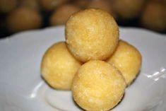 Fotorecept: Raw mandľové guličky Nutritious Snacks, Snack Bar, Raw Vegan, Cornbread, Hamburger, Potatoes, Vegetables, Cake, Ethnic Recipes