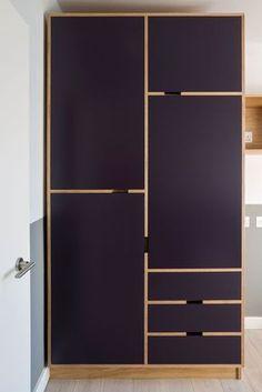 Armario de madera en tonos morados.                                                                                                                                                      #mobiliario #madera #armario #funcional #morado #inspiración  #furniture #wood  #closet #wardrobe #functional #purple #inspiration