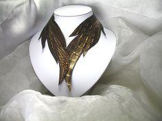 Disponible sur http://ift.tt/2jpirfb  Collier plumes simili cuir Louisana plumes Pièce unique   Les secrets d'Aléna  - Marque déposée - Toute reproduction est interdite