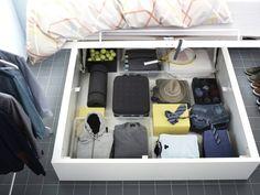 <B>Wykorzystaj przestrzeń pod łóżkiem.</B> Możesz tam przechowywać rzeczy spoza sezonu, sprzęt sportowy czy inne przedmioty, z których nie korzystasz na co dzień. Wystarczy zaopatrzyć się w zamykane pojemniki do przechowywania bądź szufladę na kółkach.