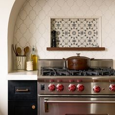 Incorporating a stove backsplash into your kitchen design is practical and beautiful to boot. We're sharing 11 kitchen backsplash ideas that are sure to get your wheels turning. Kitchen Tiles, Kitchen Design, Backsplash Ideas For Kitchen, Mexican Tile Kitchen, Spanish Kitchen, Mediterranean Kitchen, Mexican Kitchens, Diy Kitchen, Arabesque Tile Backsplash