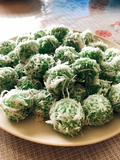Ondeh-ondeh is a famous traditional Malaysian sweet dessert. Covered with freshly grated coconut on the outside, this delicious treat will literally burst in your mouth once you take a bite. Armenian Recipes, Irish Recipes, Asian Recipes, Armenian Food, Chinese Recipes, Malaysian Cuisine, Malaysian Food, Malaysian Recipes, Asian Desserts