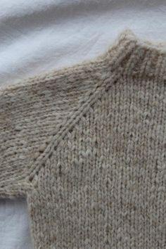 Denne lille samling indeholder både opskriften på stjernehimmelsweater og cardigan, samt hverdagssweater og cardigan i ministørrelser Alle modellerne strikkes oppefra og ned med mønster eller raglan udtag, som former ærmerne. Sweater og cardigan er perfekt til både store og små, hverdag og fest. Størrelser9-12 mdr (1
