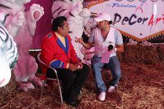entrevistando a el Sr, Luis Mejia