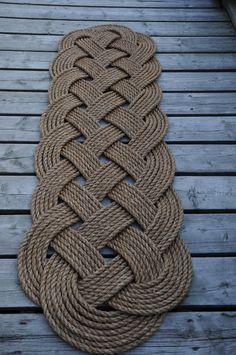 Hecho a mano Se trata de una alfombra de la puerta del gran patio. Hago estas alfombras/tapetes de cuerda de manila de 1/2 pulgada, son impresionantes en la puerta de atrás de limpiar sus zapatos, limpiar con una manguera. Hay más de 200 pies de cuerda dentro de esta alfombra. Me hacen un montón de diferentes estilos de alfombras, hágamelo saber lo que usted está buscando. Me se de la nave en todo el mundo, éntreme en contacto con para el coste de envío... Esta alfombra es de 57 pul...