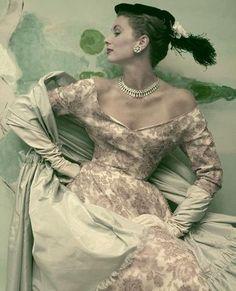 Suzy Parker in Balenciaga - 1953 - Vogue robe de cocktail en dentelle de Calais peinte et brodée