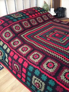 Traditional granny square blanket with different size squa Crochet Afghans, Crochet Bedspread Pattern, Diy Crochet And Knitting, Crochet Quilt, Crochet Home, Crochet Motif, Granny Square Häkelanleitung, Granny Square Crochet Pattern, Crochet Squares