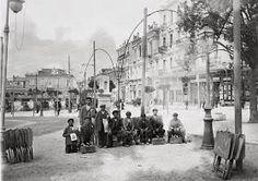 Νεαροί λούστροι στη Πλατεία Συντάγματος, περί το 1910.