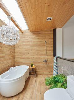 【たくさんの緑にふりそそぐ天窓の光】寝室に隣接する羽目板張りの明るく開放的なバスルーム