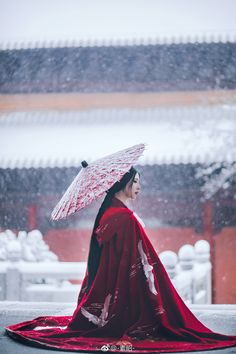 geisha in the snow Chinese Traditional Costume, Traditional Fashion, Traditional Dresses, Chinese Culture, Japanese Culture, Japanese Fashion, Asian Fashion, Japanese Beauty, Photographie Portrait Inspiration