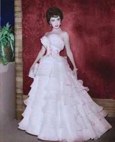 Elizabeth Taylor- WHAT a tiny waist!!!!