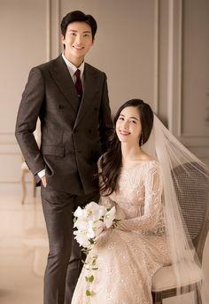 Korean Wedding Photography, Wedding Couple Poses Photography, Couple Photoshoot Poses, Wedding Photography Inspiration, Pre Wedding Poses, Pre Wedding Photoshoot, Wedding Couples, Foto Wedding, Modest Wedding Dresses