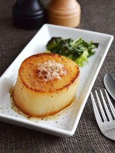 とろける!大根ステーキ。甘み引き立つ、大根が主役のおかず。 by 農家のレシピ帳*五十嵐 佳奈 「写真がきれい」×「つくりやすい」×「美味しい」お料理と出会えるレシピサイト「Nadia | ナディア」プロの料理を無料で検索。実用的な節約簡単レシピからおもてなしレシピまで。有名レシピブロガーの料理動画も満載!お気に入りのレシピが保存できるSNS。 Japanese Dishes, Japanese Food, Ovo Vegetarian, Aesthetic Food, Healthy Cooking, Meal Planning, Side Dishes, Food And Drink, Appetizers