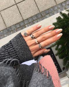 GOLDEN NAILS #hviskjanuarstyle #hviskwinteritem #hviskgoldrush #rings #stack #colors #ootd #inspo #outfit #cold #winter #nails #zirconia #hvisk #jewelry