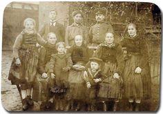 """""""Drei Generationen einer Familie aus Niederdieten, um 1910"""", in: Historische Bilddokumente <http://www.lagis-hessen.de/de/subjects/idrec/sn/bd/id/28-025> (Stand: 8.3.2011) #Untergericht"""
