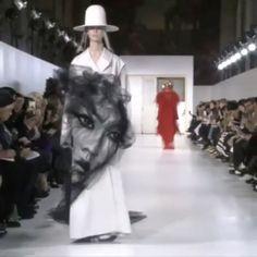 존 갈리아노(@JGalliano)의 메종 마르지엘라(@maisonmargiela) 2017년 봄 오뜨꾸뛰르 'Artisanal' 컬렉션하얀 코트를 연기처럼 휘감은 얼굴은? 영국 예술가 '벤자민 샤인'의 예술작품이랍니다패션 디자인을 전공한 작가는 2003년에 다양한 옷감으로 예술 작품을 만들기 시작했답니다 2008년부터 '튤' 소재를 접고 다려 정교한 그림처럼 표현했습니다 2013년엔 지방시와 협업해 2013 봄/여름 남성복 컬렉션에 등장했던 프린트를 튤로 재현한 'Made-to-order' 컬렉션도 선보였답니다 (@benjaminshinestudio Gukhwa Hong @hongukah) _ The #tulle portrait in #JohnGalliano's #2017Spring #HauteCouture collection were created by artist #BenjaminShine who has also collaborated with #Givenchy in…