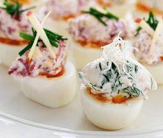 Enkelt och festligt är det med fyllda ägghalvor. Rökt lax, pepparrot och dill är en fulländad aptitretare på ägg. Rökt renstek, äpple och dijonsenap smakar både friskt och fint.