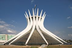オスカー・ニーマイヤー展 《ブラジリア大聖堂》 Photo: Leonardo Finotti| HAPPY PLUS ART