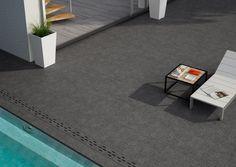 Terraza con piscina de gres porcelánico espesorado en gris de la firma Rocersa.